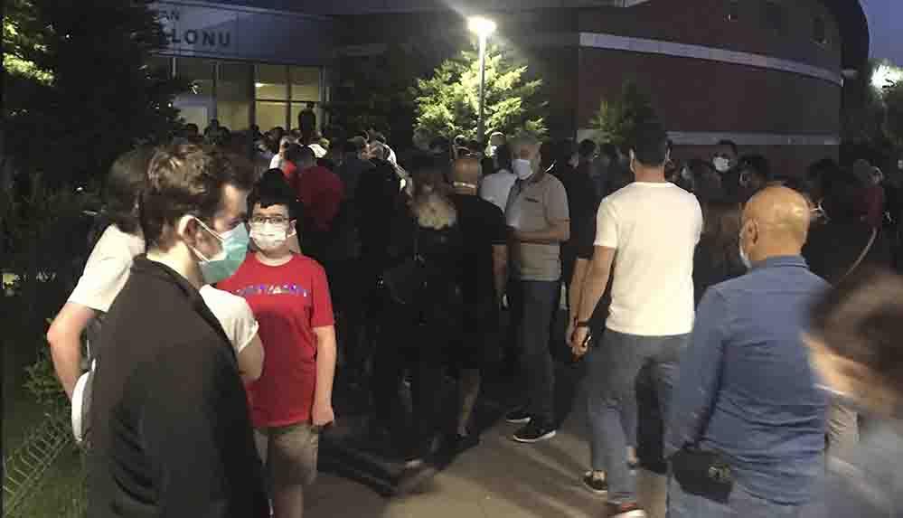 İzmir'deki aşı kuyruğu geceye de sarktı