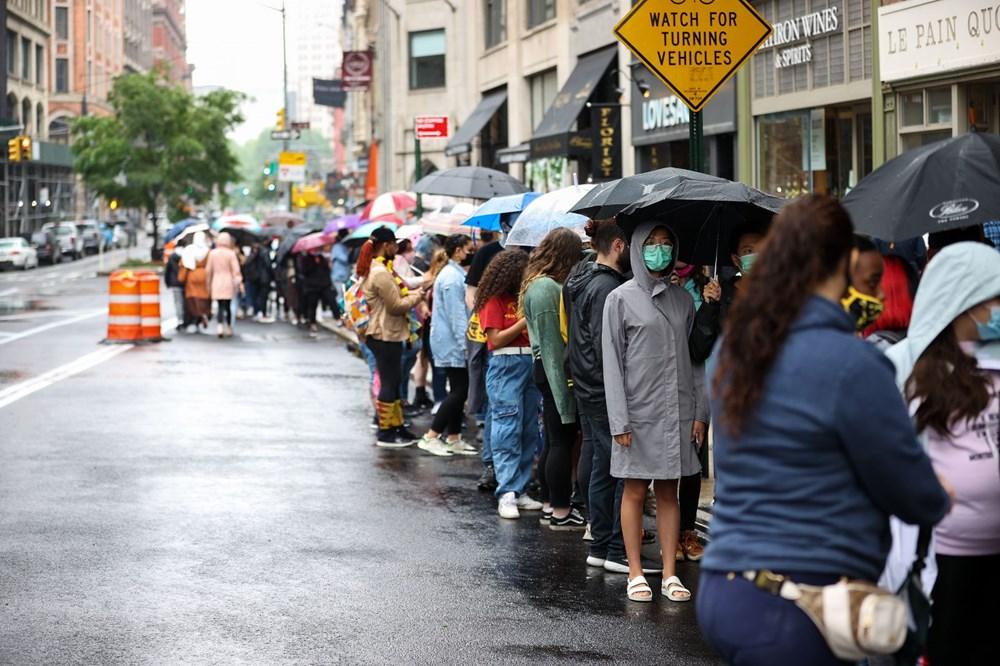 Harry Potter mağazası yağmur altında uzun kuyruklar oluşturdu