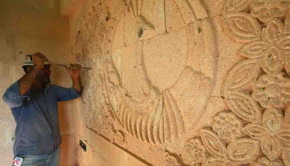 Nevşehirli taş ustası duvarları süslüyor