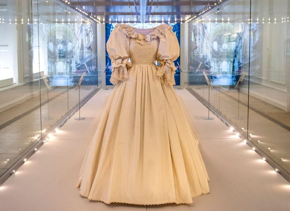 Prenses Diana'nın ikonik gelinliği sergileniyor