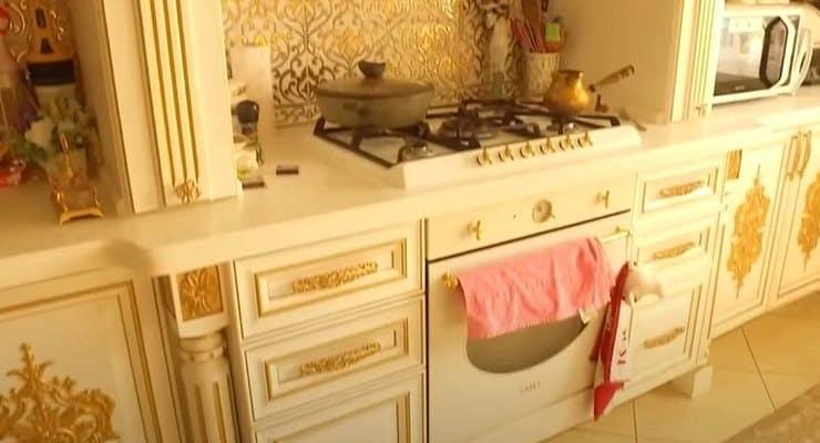 Polise yönelik rüşvet operasyonunda baskın yapılan villada altın kaplama tuvalet bulundu