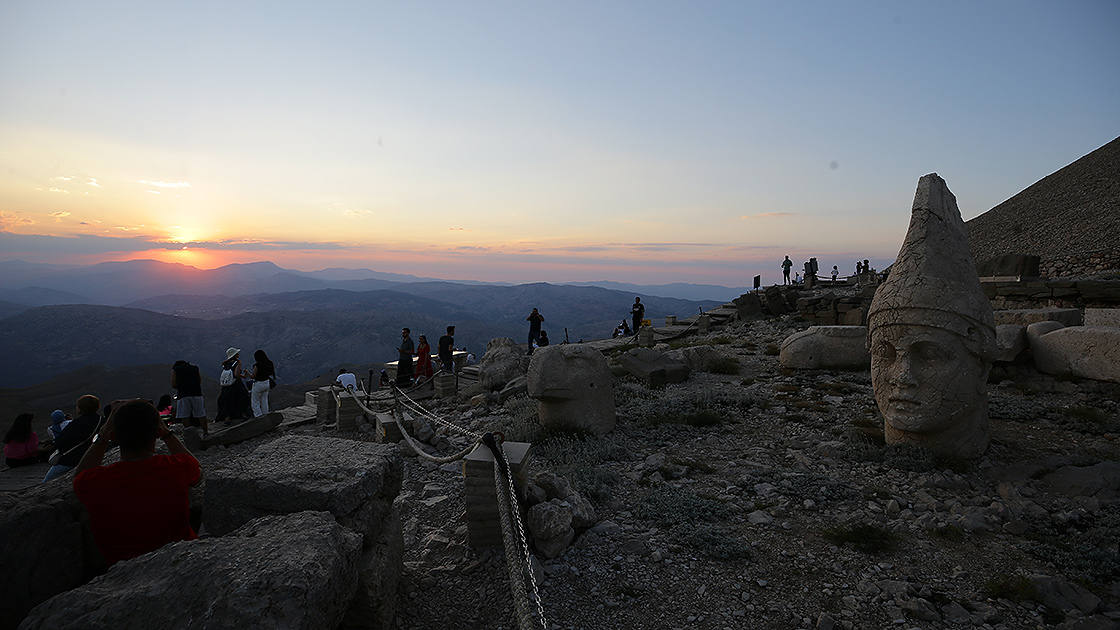 Dünya mirası Nemrut Dağı ziyaretçilerini ağırlamaya başladı