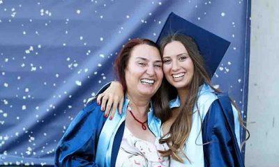 Anne kız, iki yıllık okul arkadaşlığının ardından diplomalarını aldı