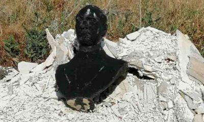 Atatürk büstünü yakıp çöpe attılar!