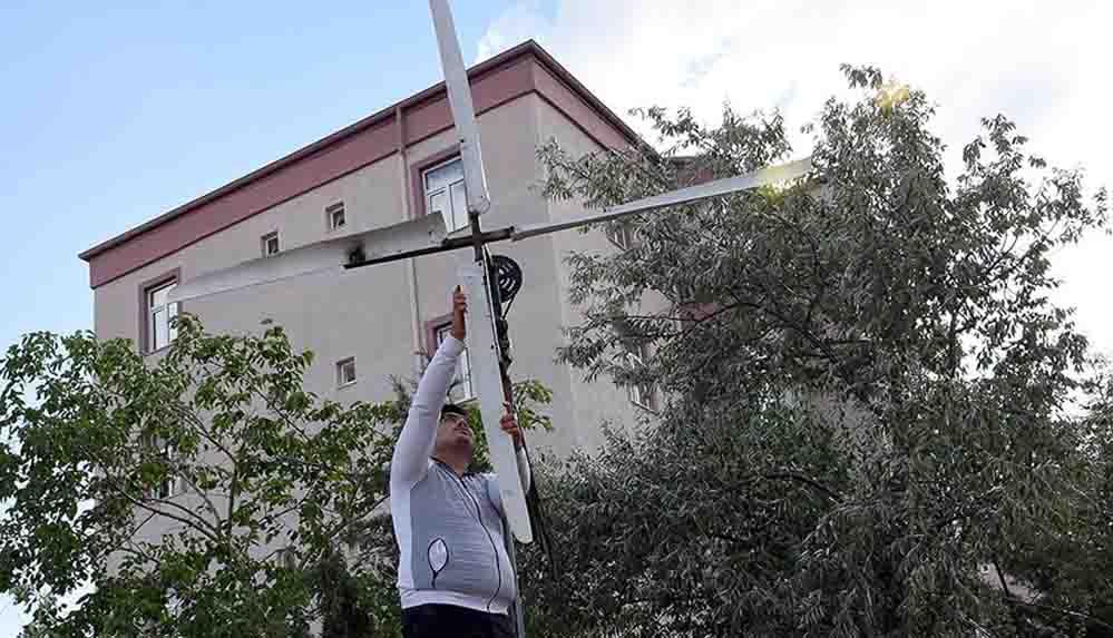 Atık malzemelerle yaptığı rüzgar türbiniyle elektrik üretti