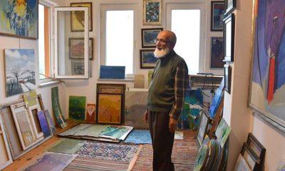 Emekli resim öğretmeni yaşadığı apartmanı resim galerisine dönüştürdü