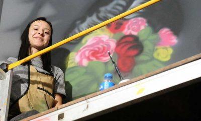 Kafe ve restoranların duvarları genç ressamın çizgileriyle renkleniyor