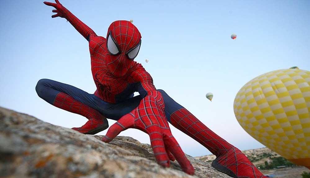 Kapadokya'yı gezen 'Örümcek Adam' turistlerin ilgi odağı oldu