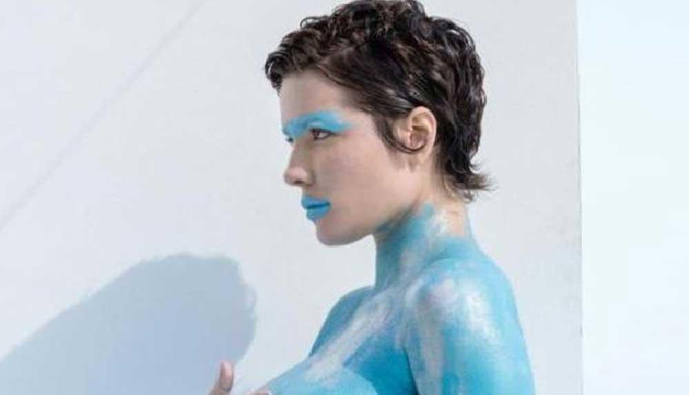 Karnı burnunda şarkıcı Halsey, vücudunu maviye boyayarak kamera karşısına geçti