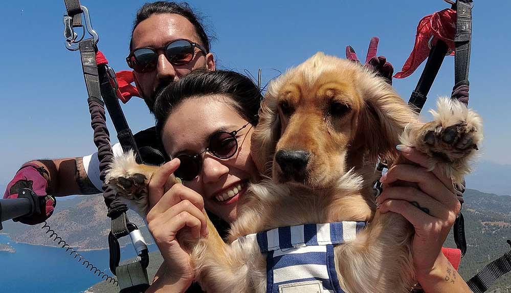 Ölüdeniz'in eşsiz manzarasında köpeği 'Yager' ile yamaç paraşütü yaptı