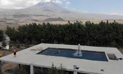 Tatile götürmediği çocukları için Ağrı Dağı manzaralı havuz inşa etti