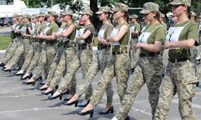 Ukrayna'da kadın askerlerden topuklu geçit töreni provası