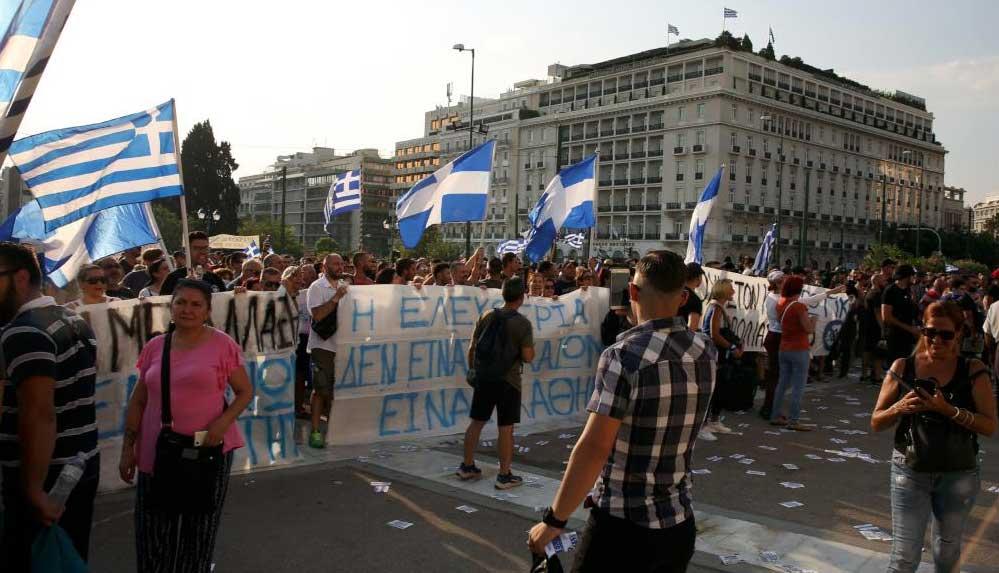 Yunanistan'da aşı karşıtı yüzlerce kişi polisle çatıştı