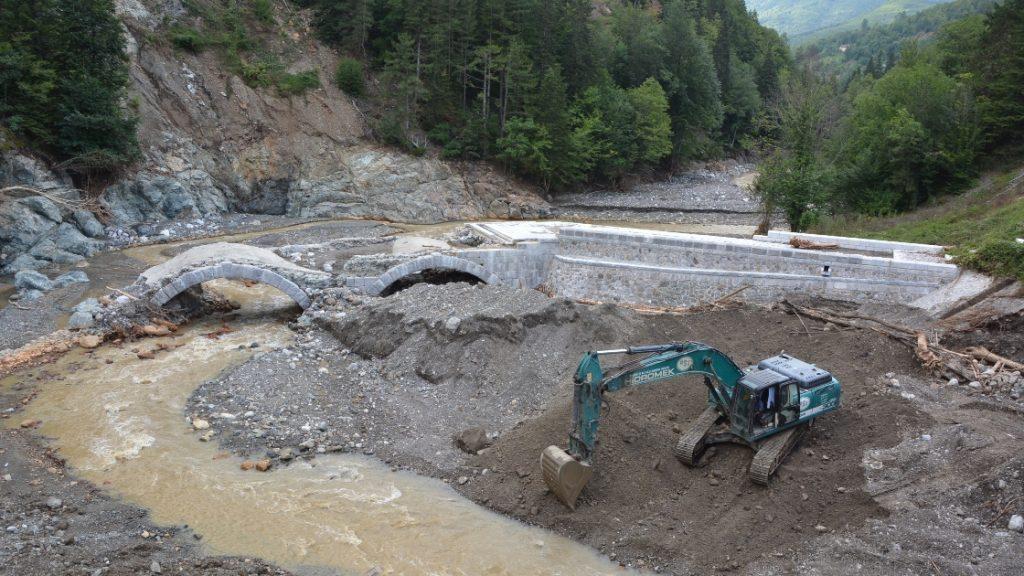 Kastamonu'daki selde 122 yıllık tarihi köprü de zarar gördü