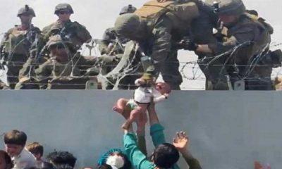 Kabil'deki havalimanında duvarın üzerinden ABD askerlerine verilirken görüntülenen bebek ailesine kavuştu