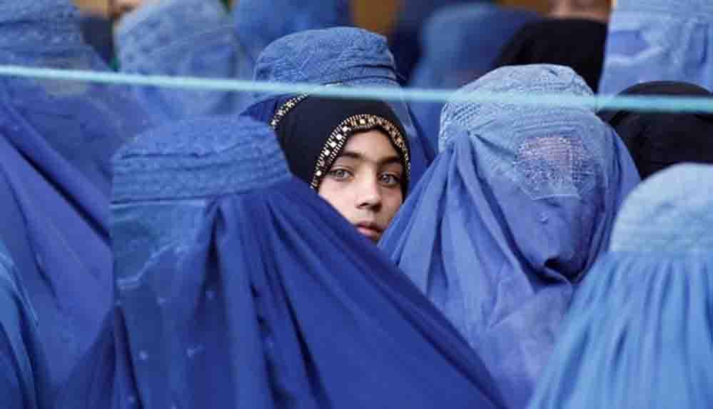 """Afganistan'da sokakta kadın kalmadı: """"Burka giyeceğimi hiç düşünmemiştim"""""""