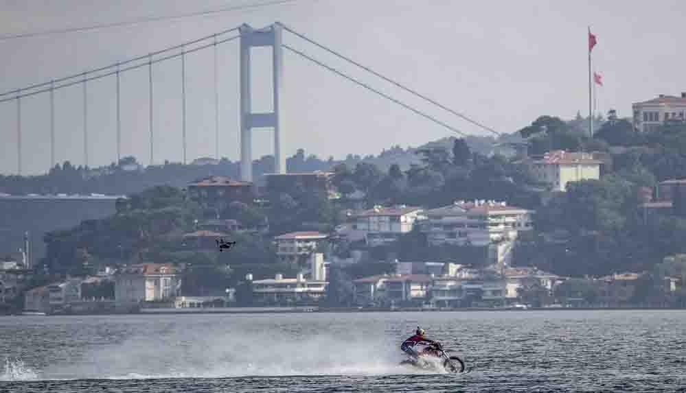 Denizin üzerinden motosikletle geçti: Avrupa'dan Asya'ya 1.5 dakikada ulaştı