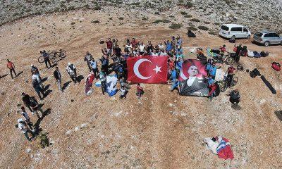 Gökyüzünde Türk bayrağı ve Atatürk posteri açarak 30 Ağustos'u kutladılar