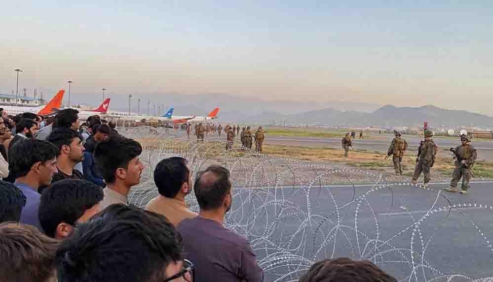 """Kabil Havalimanı'nda izdiham ve silah sesleri: """"En az 5 kişi öldü"""""""