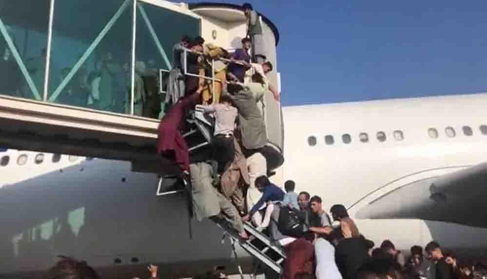 Karar yazarı Ocaktan: Taliban vahşetini bilen insanlar uçağın merdivenlerine, kanatlarına tutunup kaçabilmek için birbirlerini eziyorlar