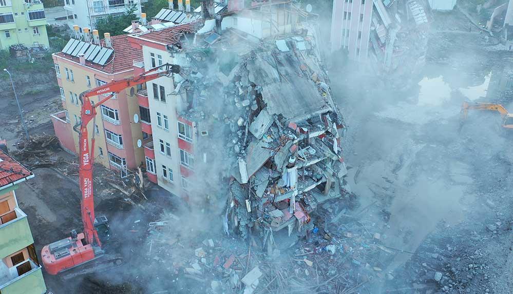 Bozkurt ilçesindeki sel felaketinde ağır hasar alan 6 katlı Fatih Apartmanı yıkılıyor