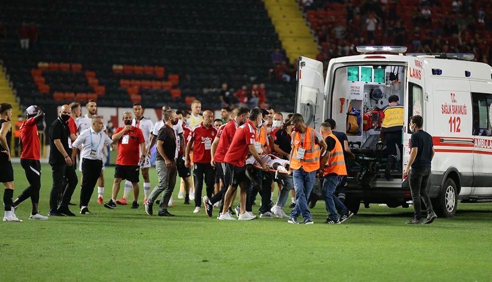 Maçta fenalaşan Beşiktaşlı futbolcu N'Sakala, hastaneye kaldırıldı
