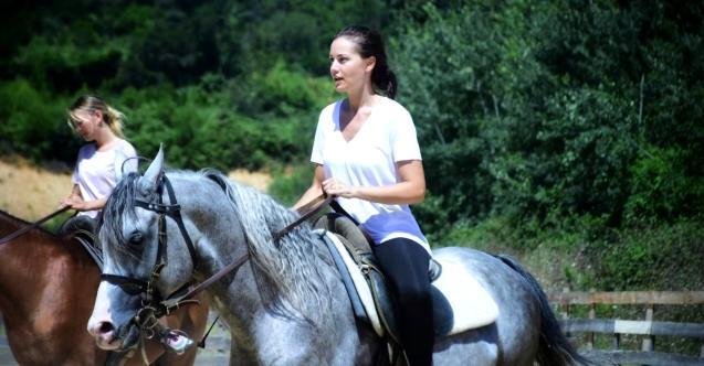 Fahriye Evcen yeni dizisi için at binme ve kılıç eğitimleri almaya başladı