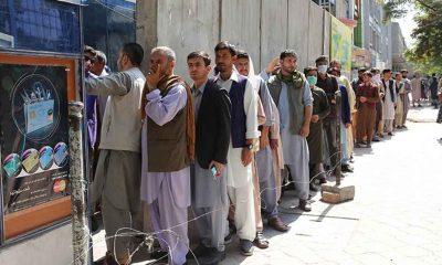 Afganistan'da nakit yetersizliği nedeniyle banka önünde kuyruklar oluşmaya devam ediyor