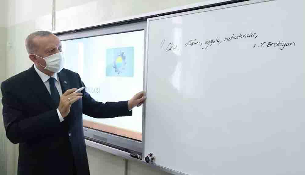 Cumhurbaşkanı Erdoğan, sınıfları dolaştı: Tahtaya 'Oku, düşün, uygula, neticelendir' yazdı