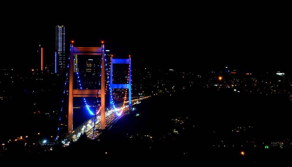 Fatih Sultan Mehmet Köprüsü Omurilik Felçlileri Günü'ne dikkati çekmek için ışıklandırıldı