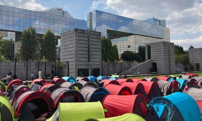 Fransa'da aylardır sokaklarda kalan 600 göçmen ve evsiz Paris Valiliği önünde çadır kurdu