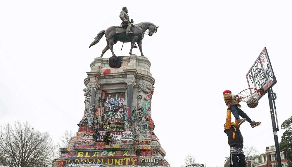 ABD'nin Virginia eyaletinde, kölelik yanlısı General Lee'ye ait heykel yıkılıyor