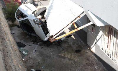 Hatay'da sürücüsü motosiklete çarpmamak için manevra yapan otomobil evin avlusuna devrildi