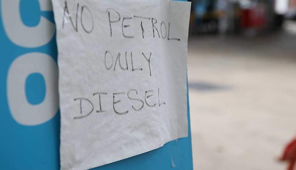 İngiltere, yakıt tedariki sorununu çözmek için askerleri hazır durumda bekletecek