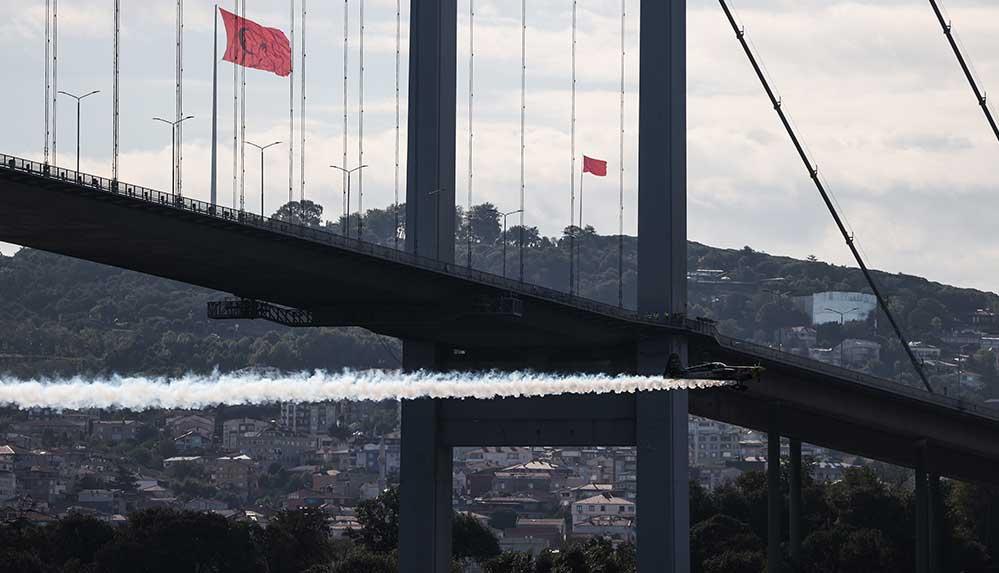 İtalyan gösteri pilotu Dario Costa, kırdığı dünya rekorunu İstanbul Boğazı'ndaki şovuyla kutladı