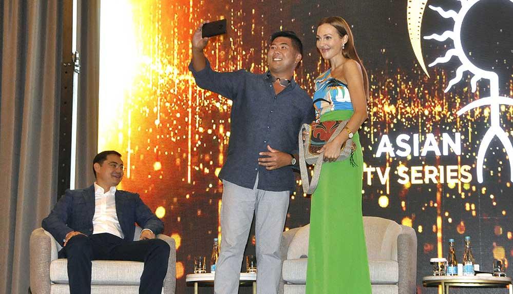 Kırgızistan'da, oyuncu Meryem Uzerli Uluslararası Asya Film Festivali'nin tanıtımına katıldı