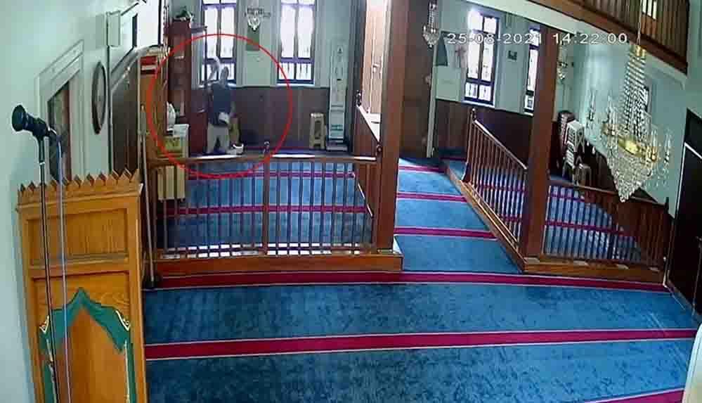 Namaz kılma bahanesiyle gittiği camide imamın sarık ve cübbesini çaldı