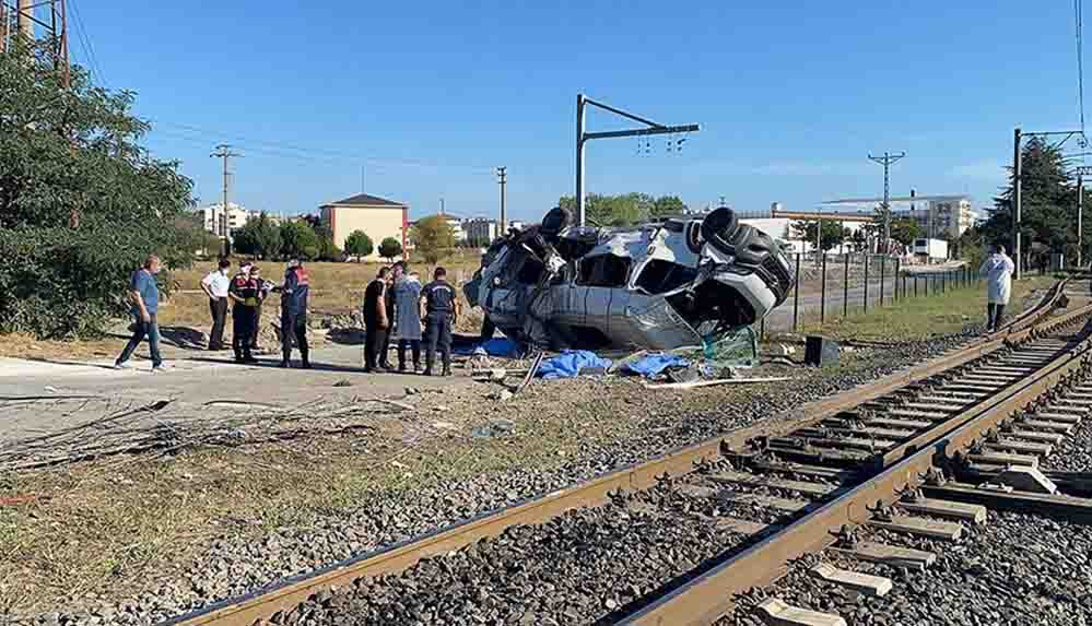 Tekirdağ'da yük treni işçileri taşıyan minibüse çarptı: 4 ölü, 7 yaralı