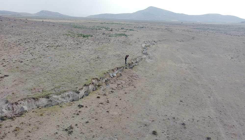 Konya Ovası'nda kilometrelerce uzunlukta yüzey yarıkları yöre sakinlerini endişelendiriyor