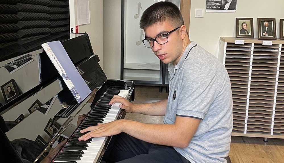 Piyanodaki yeteneğiyle hocalarını şaşırtan otizmli Azat üniversite yolunda destek bekliyor