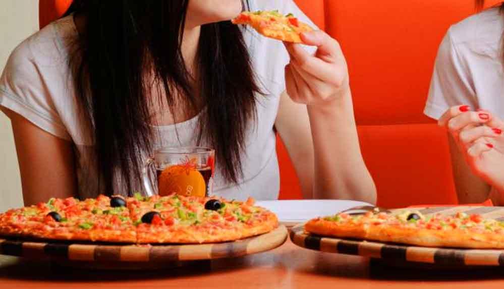 İran'da pizza yiyen kadınların televizyonda gösterilmesi yasaklandı