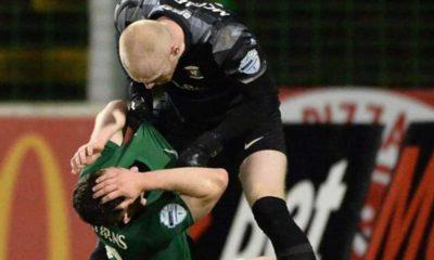 Futbolcu takım arkadaşına saldırınca oyundan atıldı