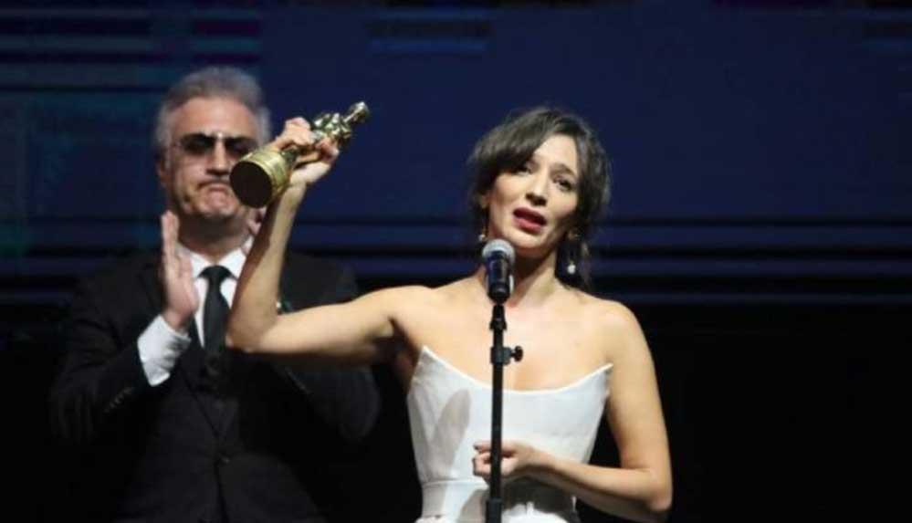 Nihal Yalçın'ın konuşması sırasında Tamer Karadağlı'nın tavırları Altın Portakal'a damga vurdu