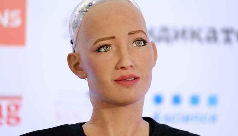 Robot Sophia 'aile kurmak ve bebek sahibi olmak istediğini' söyledi