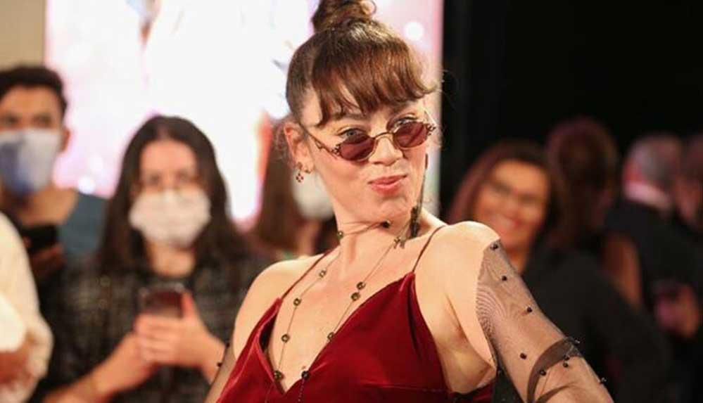 Ünlü oyuncu Altın Portakal'a annesinin diktiği kıyafetle katıldı